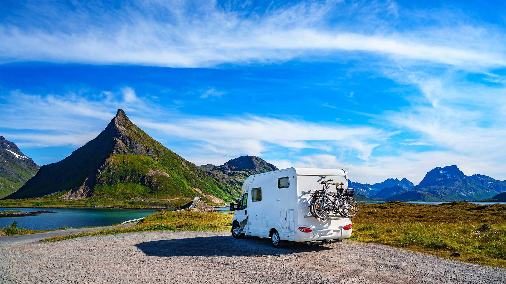 Familienurlaub mit dem Wohnmobil. Schöne Naturlandschaft Norwegen.