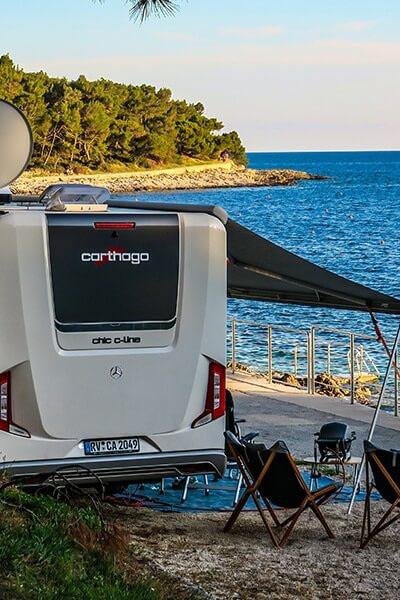 Moser Caravaning Carthago in Kroatien an einer Küste